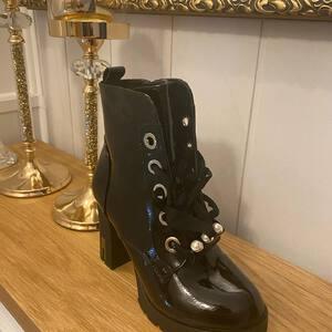 Botek na wysokim obcasie #botki #buty #obuwie #fashion #moda #modnebotki